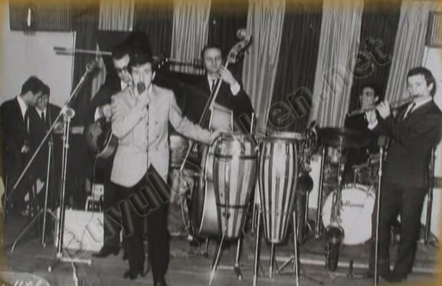 Okyay - Ferdi Özbeğen Orkestrası ile birlikte. Yer: Yeşilköy Çınar Otel. Yıl 1966